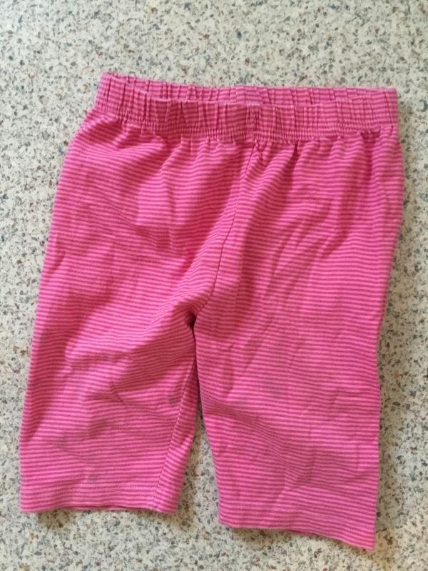 Radlerhose pink gestreift mit kleinen kaum sichtbaren Flecken (mir sind sie erst auf dem Foto aufgefallen); Gr. 122, einfache Bundweite 24 cm